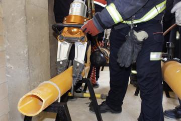 Bomberos realizando prácticas de taponamiento de escape de gas