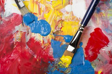 tavolozza con colori acrilici e pennelli