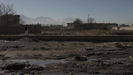 Homme qui marche, rivière de Kaboul, Afghanistan