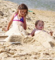 frère et soeur à la plage