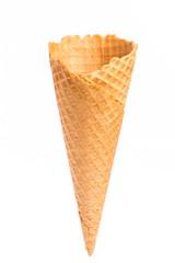 Eine leere Eistüte vor weißem Hintergrund