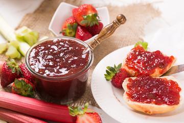 Erdbeer-Rhabarbermarmelade zum Frühstück