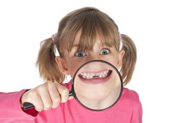 Mädchen zeigt Zahnlücke