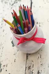 Разноцветные карандаши на фоне из дерева