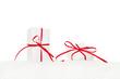 Zwei Weihnachtsgeschenke auf weißem Hintergrund