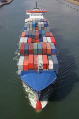 beladenes Containerschiff auf dem Kiel Kanal