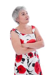 Ältere interessiert Frau isoliert in Rot & Weiß