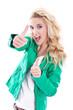 Junge Frau mit Power isoliert und blond in Grün