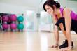 frau macht sport im fitnessstudio