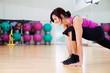 frau trainiert im sportstudio