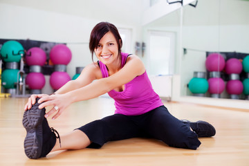 frau dehnt muskulatur
