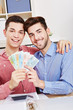 Schwules Paar hält Euro-Banknoten