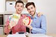 Schwules Paar mit Geldscheinen und Sparschwein