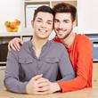 Lachendes schwules Paar im Wohnzimmer