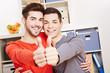Junges schwules Paar hält Daumen hoch