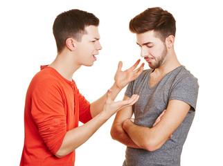 Zwei Männer streiten sich miteinander