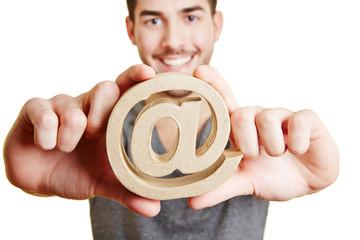 Internet-Zeichen at in den Händen eines Mannes