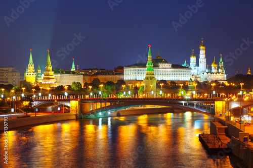 moskauer-kreml-und-moskva-in-der-nacht-russland