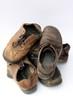 Haufen abgetragener Schuhe Leder