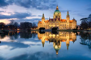 Rathaus Hannover nachts mit Spiegelung im Maschteich