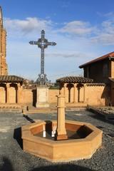 Croix et fontaine à Odenas (Beaujolais, France)
