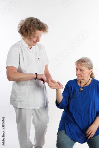 Krankenschwester misst den Puls