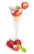 Cocktail mit Erdbeeren und Minze in einer Sektflöte