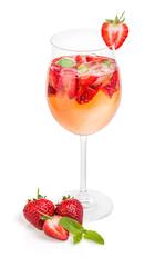 Cocktail mit Erdbeeren und Minze in einem Weinglas