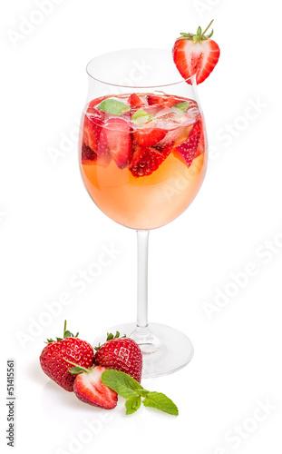 Cocktail mit Erdbeeren und Minze in einem Weinglas - 51415561
