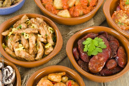 In de dag Buffet, Bar Spanish Tapas in traditional cazuelas.