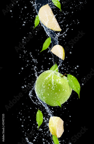 Foto op Canvas Opspattend water Green apples in water splash, isolated on black background