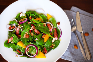 Baby spinach salad with sweet mango, almonds and toasted ham