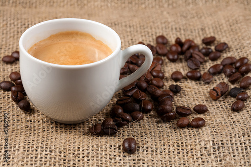 Taza de cafe y granos