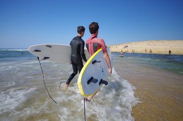 surfeurs à l'océan