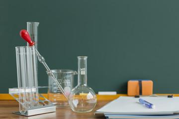 黒板と実験器具