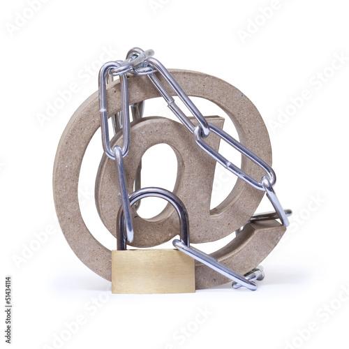 At-Symbol, Hängeschloss mit Kette. Datensicherheit im Internet