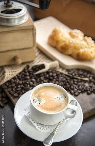 Kaffee mit Kaffeebohnen und Kaffemühle