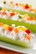 Sedano con formaggio e verdure, fuoco selettivo, close up