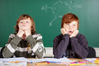 zwei genervte jungen im unterricht