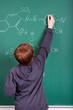 junge schreibt chemische formel an die tafel