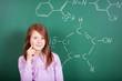 schülerin im chemie-unterricht