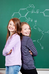 zwei schülerinnen lernen chemie