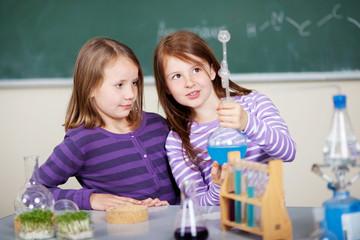 mädchen im chemie-unterricht