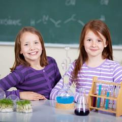 zwei junge forscherinnen