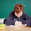 konzentrierter schüler im unterricht