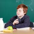 konzentrierter junge im unterricht