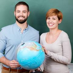 junge leute mit globus
