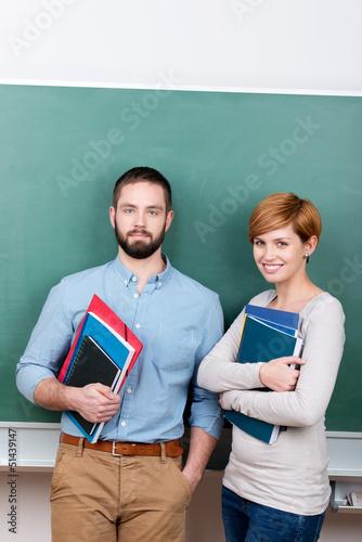 zwei studenten vor der tafel