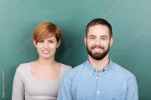zwei motivierte junge leute in der universität