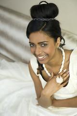 Portrait d'une belle jeune mariée noire - femme